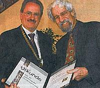 Münchens Oberbürgermeister Ude überreicht Prof. Dürr die Urkunde zum 49. Ehrenbürger